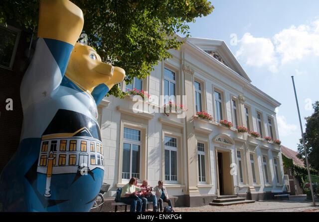 Rathaus und Baer, Esens, Nordseekueste, Ostfriesland, Niedersachsen, Deutschland |  Guildhall and bear, Esens, Ostfriesland, - Stock Image