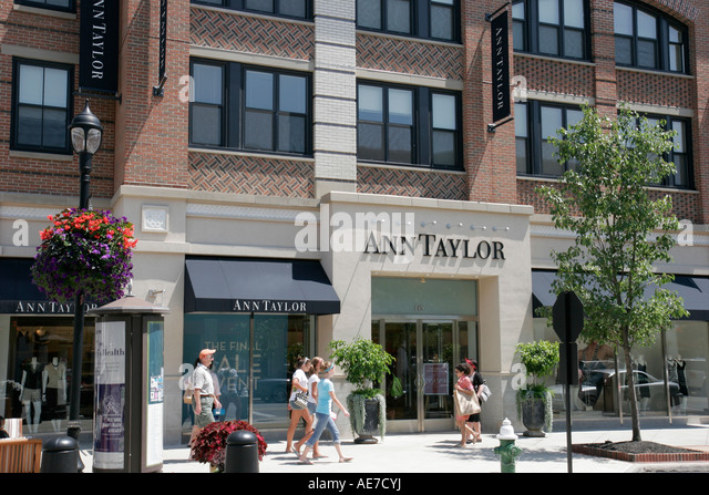 Ohio Westlake Crocker Park shopping Ann Taylor residences above retail - Stock Image