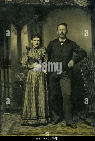 Tin type of married couple from late 1800s fashion dress saloon style gothic black and white portrait old west - Stock-Bilder