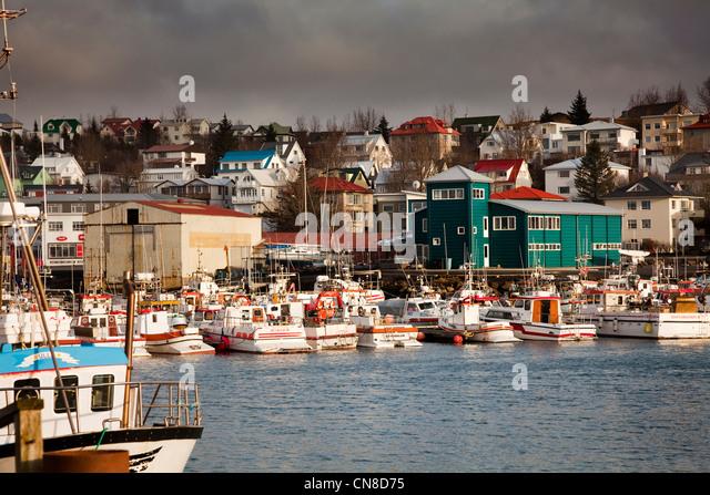 "hafnarfjrur girls 在世界上杀人率最低的国家之一,一桩女性谋杀案如何改变了国民意识。冰岛首都雷克雅未克的主要购物街叫做laugavegur,意为""热泉之路"",因为这条街最初是女人们从城里把衣物拖到两英里外的温泉里的中转站."