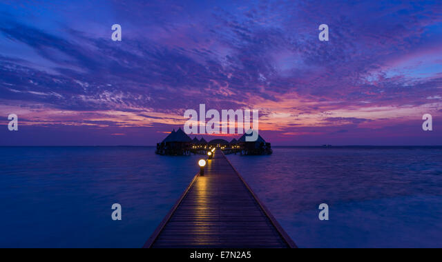 Gorgeous sunset over the ocean. Panorama of tropical island. Maldives - Stock-Bilder