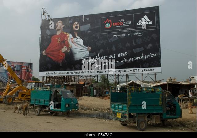 Street scene in Gurgaon, New Delhi CBD, India. - Stock-Bilder
