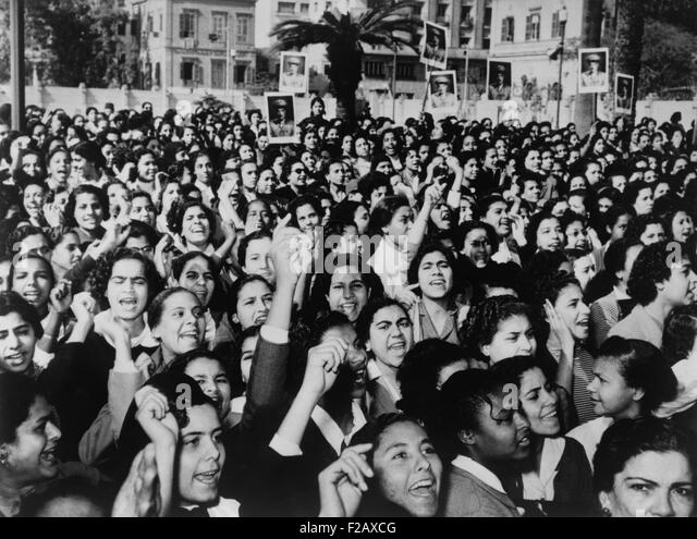 Cairo suffragettes, some carry placards with photographs of Gamal Abdel Nasser. Jan. 22, 1956. The 1956 Egyptian - Stock-Bilder