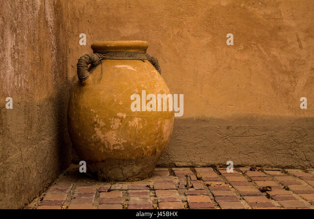 An ancient earthen pot in Al Ain Museum - Stock Image