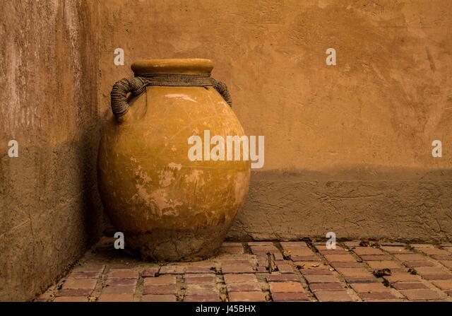 An ancient earthen pot in Al Ain Museum - Stock Image