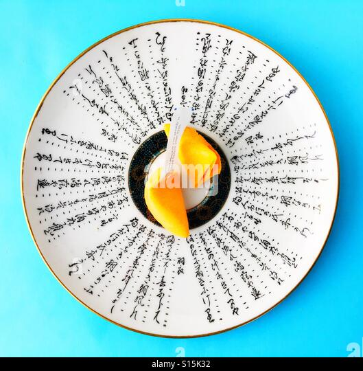 A fortune cookie on a plate. - Stock-Bilder