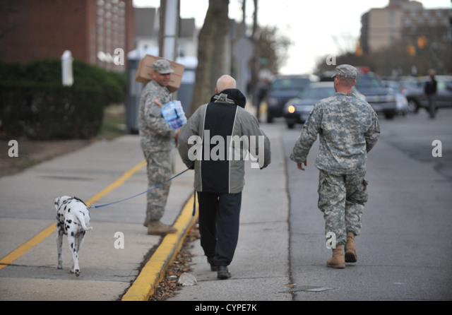 LONG BEACH, NY - Soldiers and Airmen with the New York Air National Guard provide relief support to Long Beach, - Stock Image