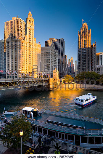 Tour boats on the Chicago river, beneath the Wrigley building on North Michigan Avenue, Chicago, Illinois, USA. - Stock Image