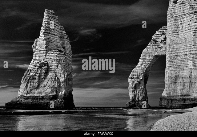 France, Normandy: Rock arc of beach Etretat - Stock Image