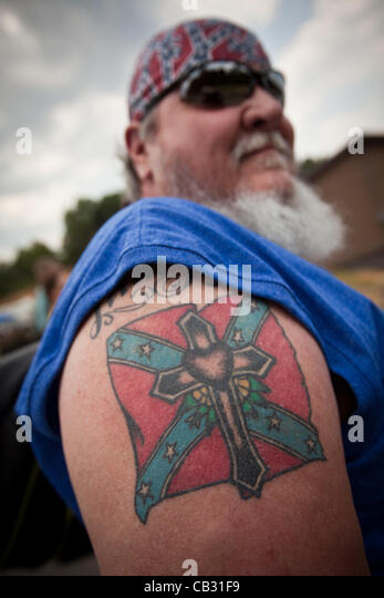 A man shows off his confederate flag tattoo at the Summer Redneck Games on May 26, 2012 in East Dublin, Georgia. - Stock-Bilder