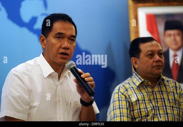 Jakarta, Indonesia. 31st January 2014. Gita Wiryawan (L) announces his resignation as Indonesian Trade Minister - Stock Image