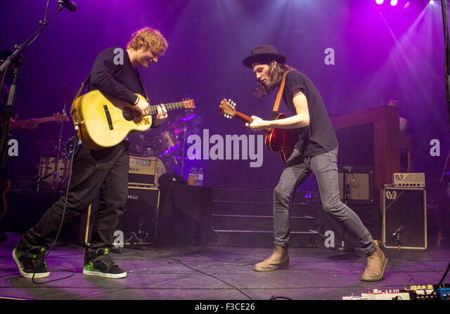 Cambridge, UK. 04 October 2015: British singer / songwriter James Bay plays the Corn Exchange, Cambridge with a - Stock Image