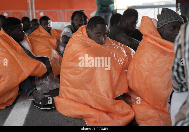 Salerno, Italy. 05th Oct, 2016. About 1000 refugees and a dead body are disembarking from the Norwegian navy 'Siem - Stock-Bilder