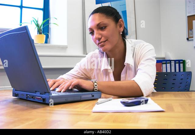 Geschäftsfrau arbeitet am Laptop Businesswoman works on the laptop computer  - Stock Image
