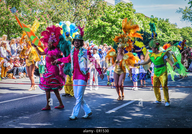 Kreuzberg, Berlin, Germany, 24th May 2015. Colourful dancers and entertainers in the parade as Berlin celebrates - Stock-Bilder