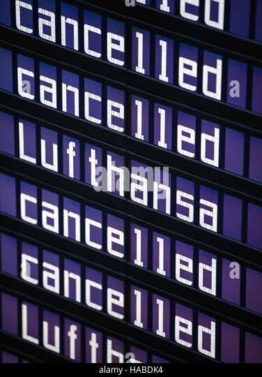 Munich, Germany. 29th Nov, 2016. The words 'Lufthansa' and 'cancelled' on the display board at the - Stock Image