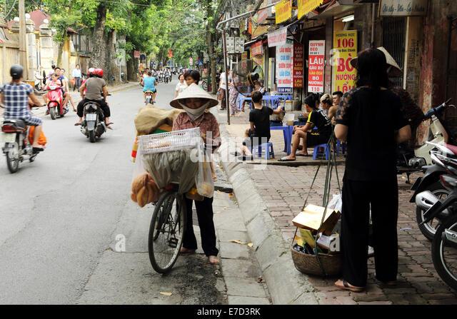 Everyday life on a street in Hanoi, Vietnam. - Stock-Bilder