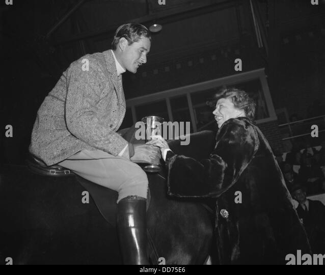 eleanor-roosevelt-presents-a-trophy-to-actor-errol-flynn-jan-1939-dd75e6.jpg