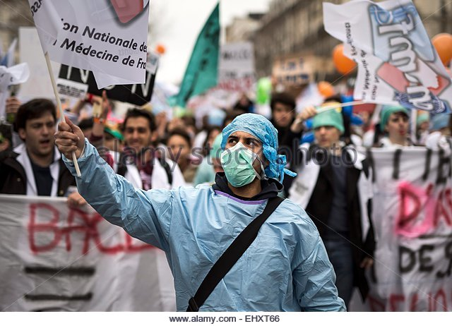 epa04663971 Hospital personnel, interns and medical students march during a protest in Paris, France, 15 March 2015. - Stock Image