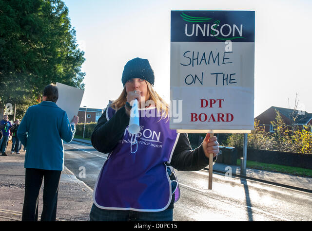 Exeter, UK. 29th November 2012. UNISON, UNITE & RCN members hold up placards outside Wonford House at the Royal - Stock Image