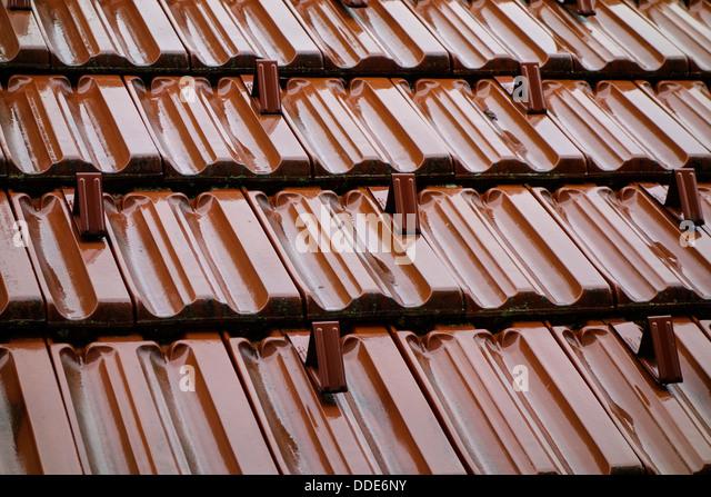 Wet tiled roof in the rain - Stock-Bilder