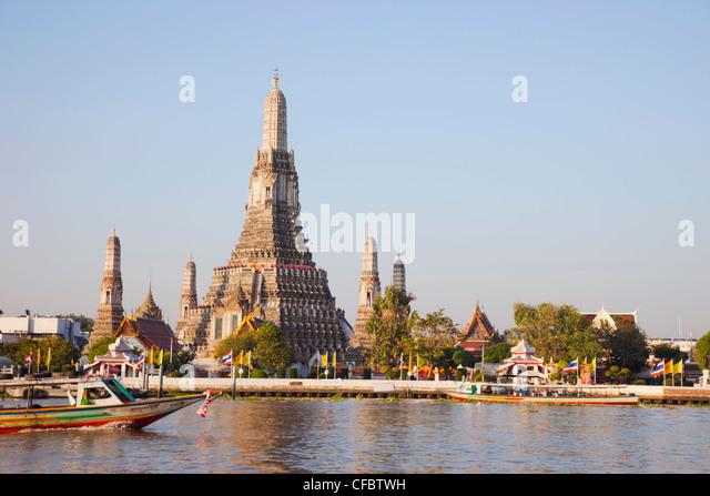 Thailand, Bangkok, Wat Arun aka Temple of Dawn and Chao Phraya River - Stock Image