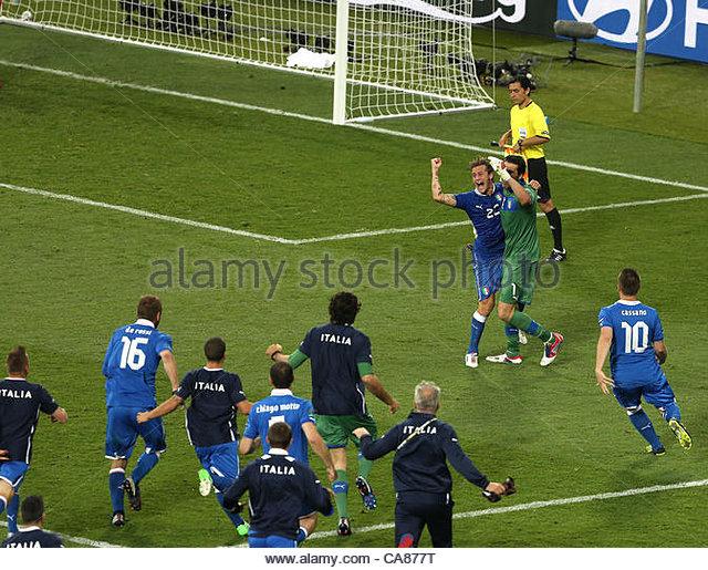 24/06/2012 Kiev. Euro 2012 Football. England v Italy. Alessandro Diamanti and Gianluigi Buffon celebrate the Italian - Stock-Bilder