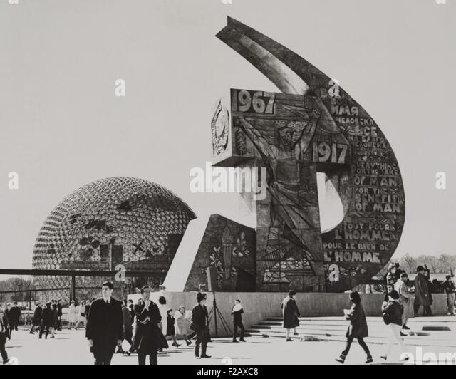 Soviet and U.S. exhibits at the Montreal World's Fair, May 2, 1967. The Soviet Pavilion is a distinctive hammer - Stock-Bilder