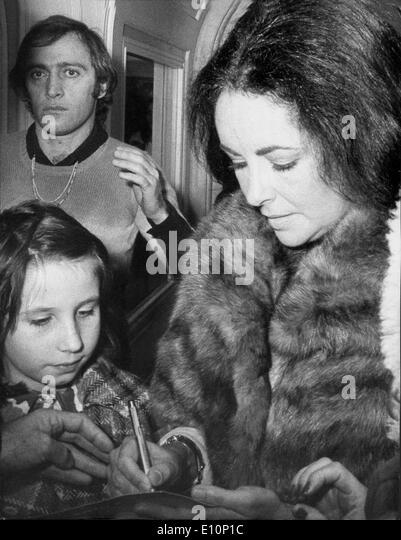 Actress Elizabeth Taylor signs autographs - Stock-Bilder