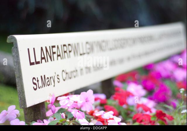 Llanfairpwllgwyngyllgogerychwyrndrobwyll-llantysiliogogogoch longest place name wales - Stock-Bilder