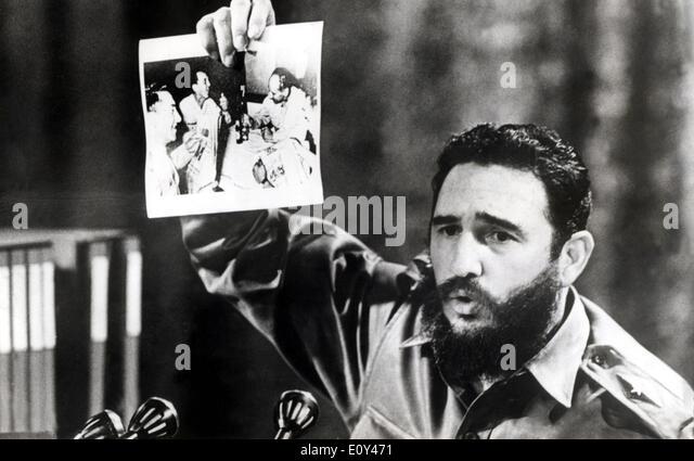 President Fidel Castro displays photograph - Stock-Bilder