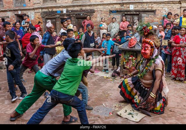 Nepal, Bagmati zone, Bhaktapur, kids and a street actor - Stock Image