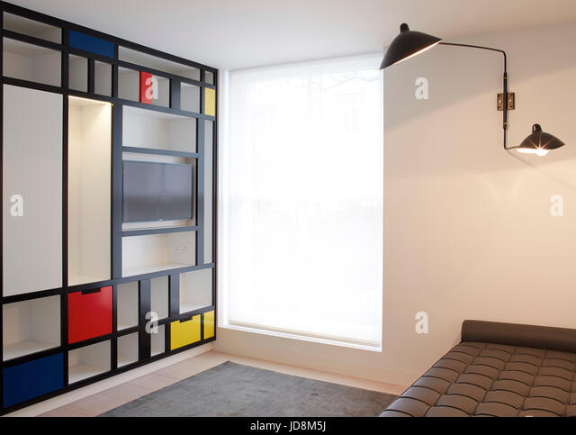 Spare room on 1st floor with Mondrian inspired bookcase and Corbusier day bed. Notting Hill House, London, United - Stock-Bilder