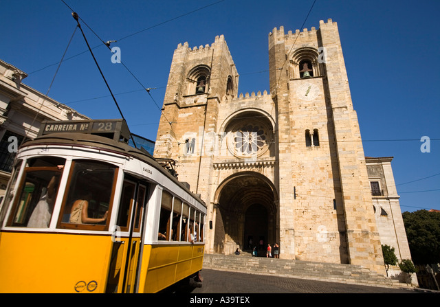 Portugal Lisbon Tram 28 Electrico Strassenbahn in front of kathedral - Stock Image