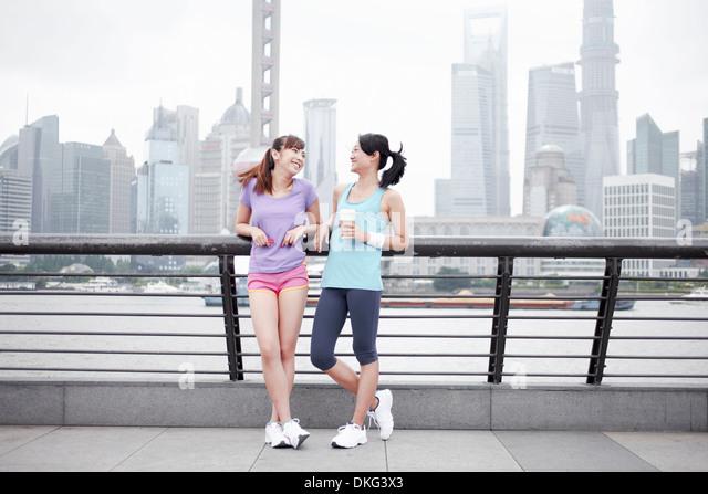 Female friends on bridge in Shanghai, China - Stock Image