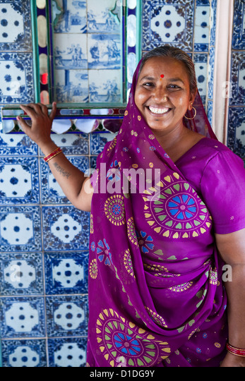 Portrait of an Indian woman in a sari, in City Palace, Udaipur - Stock-Bilder