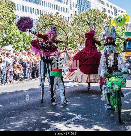 Kreuzberg, Berlin, Germany, 24th May 2015. Performers entertain the crowd as Berlin celebrates its cultural diversity - Stock-Bilder