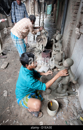Sculptors making models from clay from the River Hugli, Kumartuli district, Kolkata, West Bengal, India - Stock Image