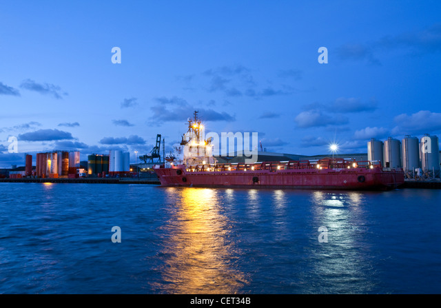 A cargo ship in the docks at Great Yarmouth. - Stock-Bilder