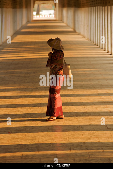 Burmese woman in the corridor at Shwezigon Pagoda, Bagan. Burma. Model Released. - Stock-Bilder