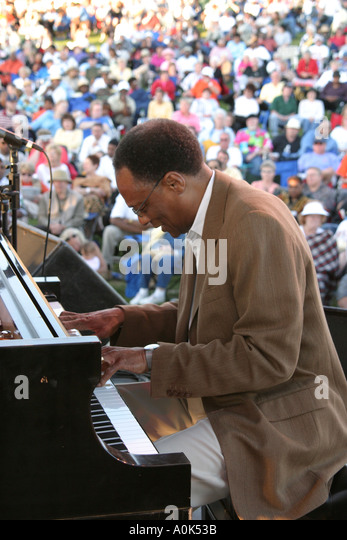 Toledo Ohio International Park Art Tatum Jazz Heritage Festival Ramsey Lewis Trio piano performer audience - Stock Image