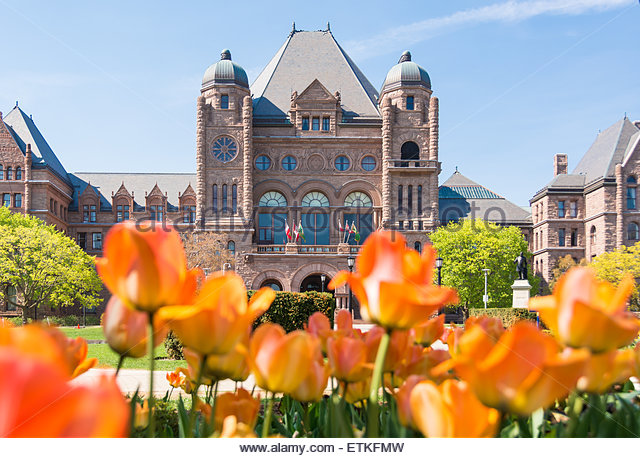 Queen's Park building and tulip gardens, the landmark is the seat of the Ontario Provincial Government. - Stock-Bilder