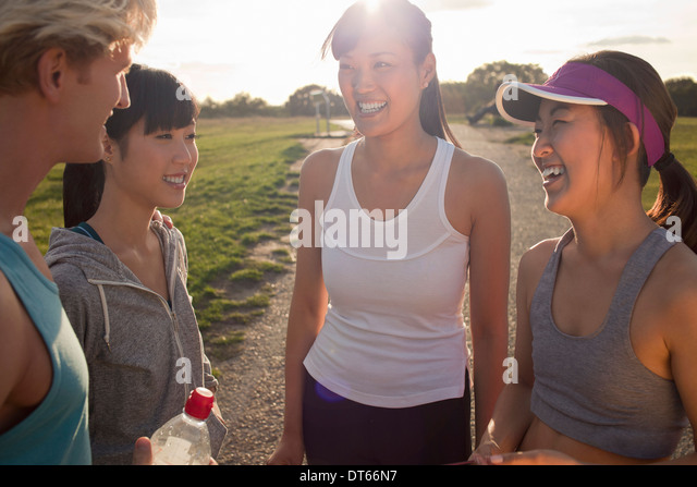 Personal trainer chatting with group of clients - Stock-Bilder