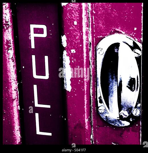 Handle and pull sign on an old phone box - Stock-Bilder