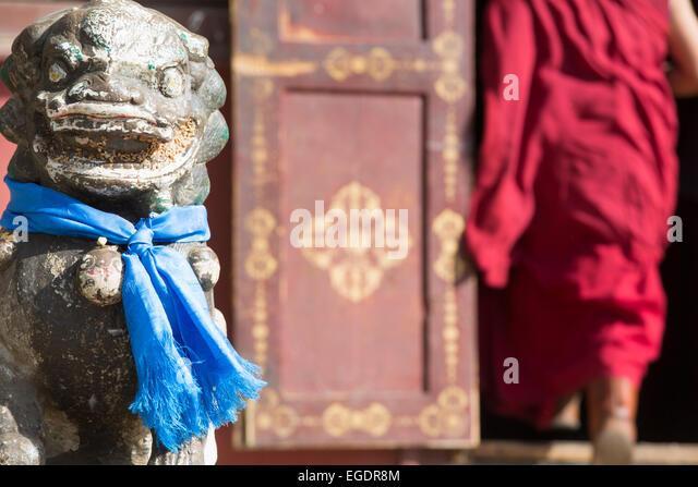 Monk entering temple, Gandan Monastery, Ulaanbaatar, Mongolia - Stock Image