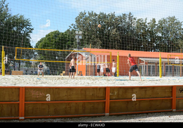 young men playing beach volleyball in the sun at Gorky Park, Moscow, Russia - Stock Image