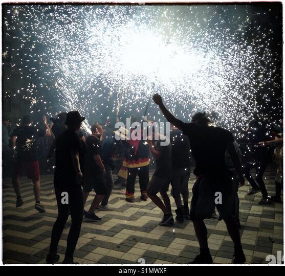 Les Diables 'Figots Satànics' perform at the Fiesta Major finale, Riba-Roja d'Ebre, Catalonia, - Stock Image