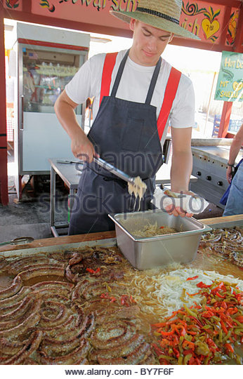 Pennsylvania Kutztown Kutztown Folk Festival Pennsylvania Dutch folklife food vendor sausage pepper griddle sauerkraut - Stock Image