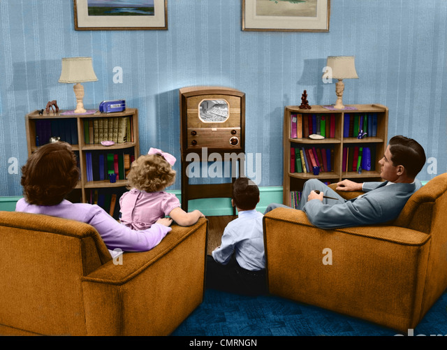 1940s 1950s FAMILY WATCHING TELEVISION IN LIVING ROOM - Stock Image