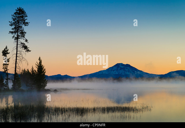 Crane Prairie Reservoir and Mount Bachelor at dawn, Deschutes National Forest, central Oregon. - Stock-Bilder
